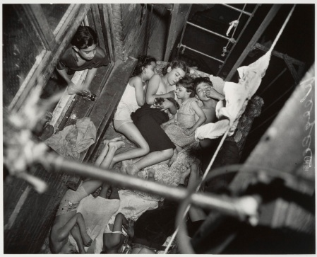 WEEGEE_1938_Children_on_Fire_Escape